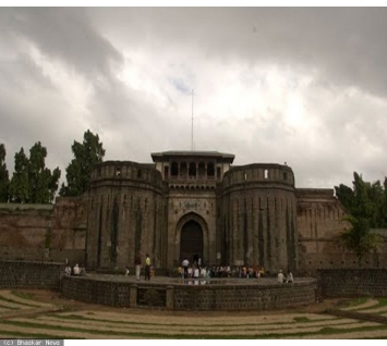 2727_front-on-shaniwarwada-fort.jpg